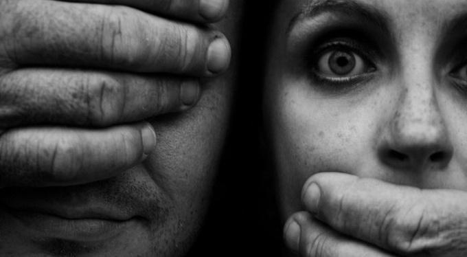 «Справедливый» мир: почему мы осуждаем жертв насилия?