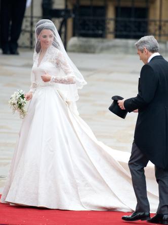 Фото №11 - От Елизаветы до Летиции: секретные детали свадебных платьев принцесс и герцогинь