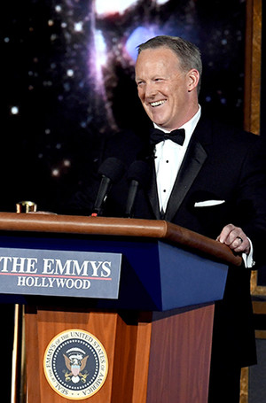 Фото №3 - Пошутить над Трампом: звезды Emmy-2017 «троллят» президента