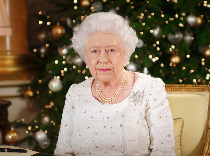 Фото №1 - Елизавета II снова демонстрирует чувство юмора и невозмутимость