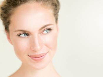 «В чем секрет выразительного нюдового макияжа?»