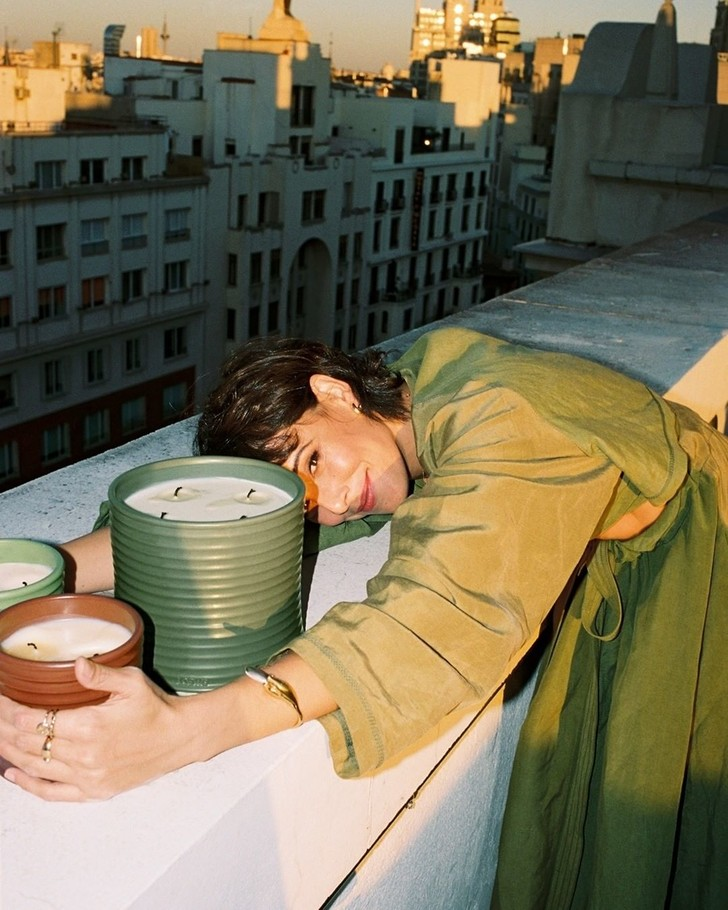 Фото №2 - Свеча горела на столе: актрисы из сериала «Бумажный дом» снялись в рекламной кампании роскошных свечей Loewe Perfumes