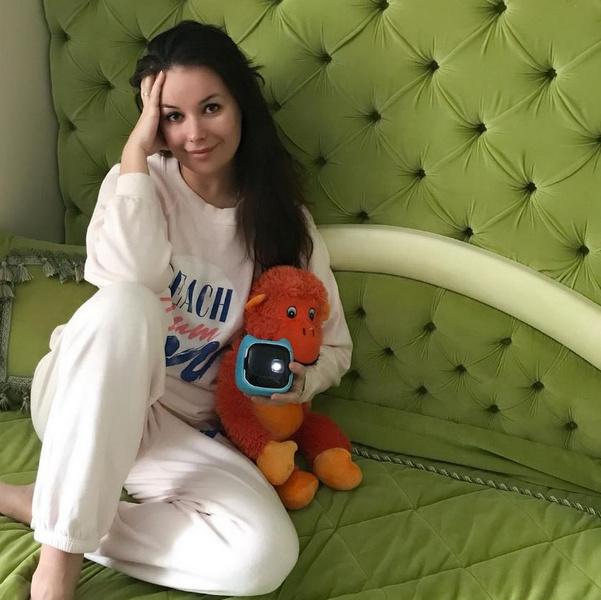 Фото №1 - Оксана Федорова не накрасилась и сразу помолодела