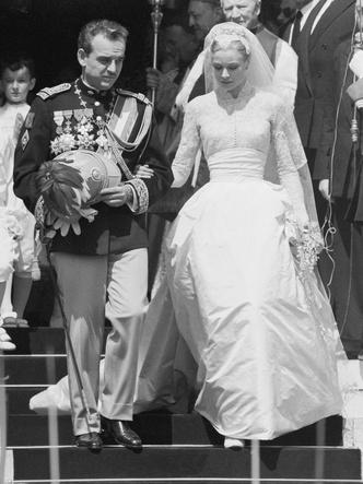Фото №16 - Платья-близнецы: 15 слишком похожих свадебных нарядов королевских особ