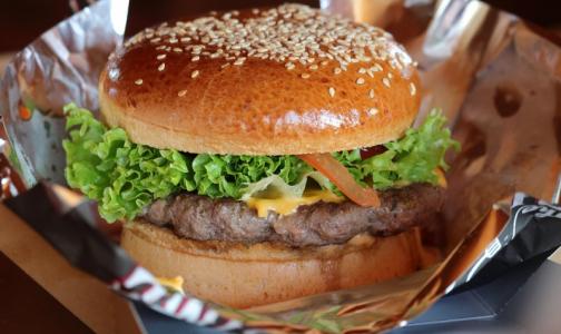 Фото №1 - Ученые рассказали, сколько съеденный бургер забирает «мужской силы»