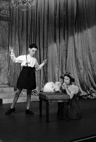 Фото №12 - Рождественский театр Виндзоров: как принцессы Елизавета и Маргарет поднимали боевой дух нации