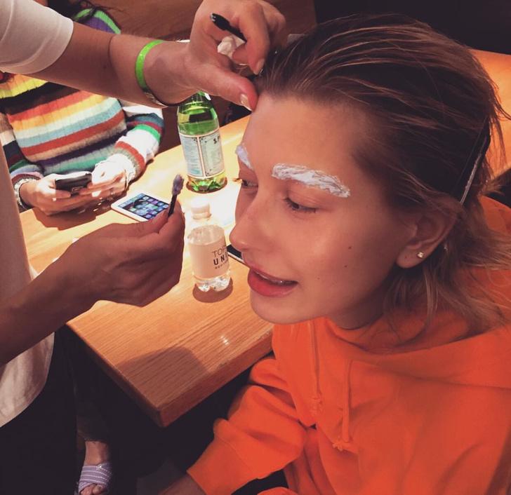 Фото №3 - Обесцвеченные брови и темные волосы: Хейли Бибер сменила имидж