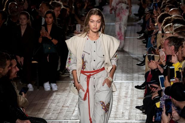 Фото №1 - Веревка вместо пояса: как носить самый странный тренд сезона