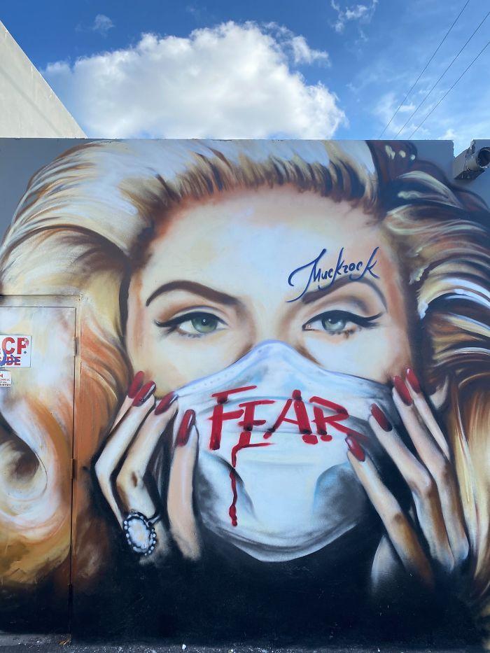 Фото №20 - 20 граффити со всего мира, навеянные коронавирусом