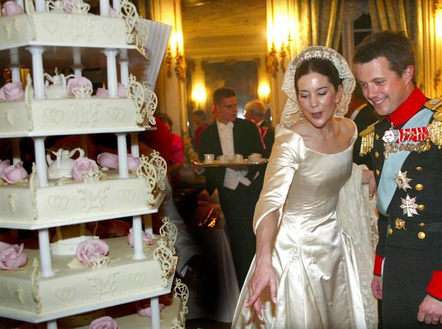 Фото №25 - Сладко: свадебные торты на королевских свадьбах