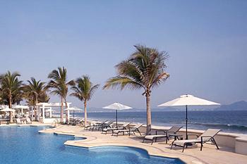 Фото №1 - 10 пляжей, где можно роскошно отдохнуть