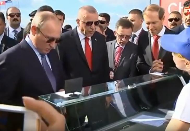 Фото №1 - Владимир Путин на выставке МАКС купил мороженое, а сдачу велел отдать министру. Теперь министра хотят засудить