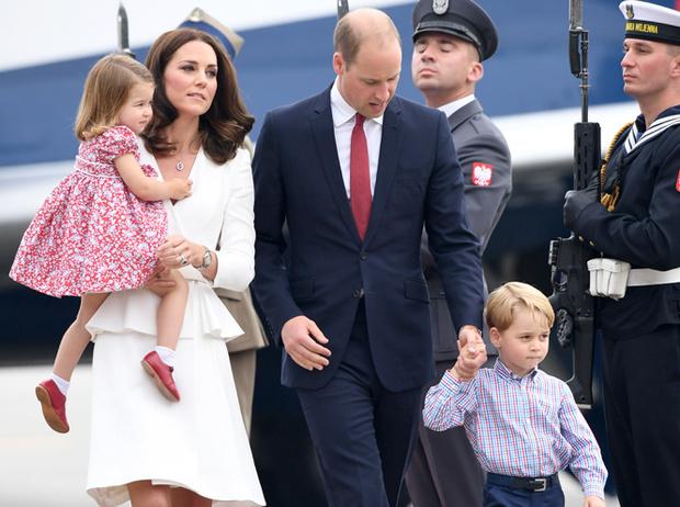 Фото №1 - Принцесса Шарлотта и принц Джордж: первые фото из Польши
