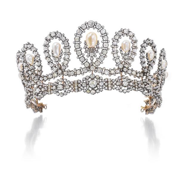 Фото №4 - Редкая возможность примерить настоящую тиару, принадлежавшую королевской семье Италии. Хотите попробовать?