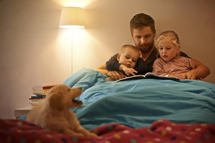 Фото №1 - Дети лучше развиваются, если сказки на ночь им читают отцы
