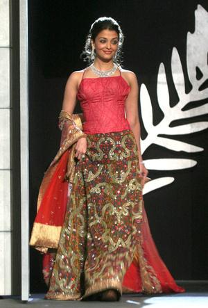 Фото №8 - Болливуд в Каннах: Айшвария Рай и все ее наряды за историю кинофестиваля