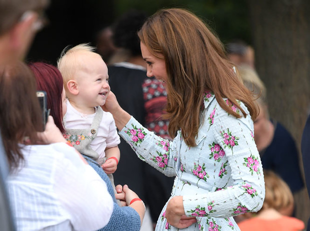 Фото №4 - Что общего у публичных выходов герцогини Меган и принцессы Дианы
