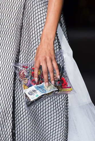 Фото №10 - 10 лучших прозрачных сумок сезона (и как их носить)