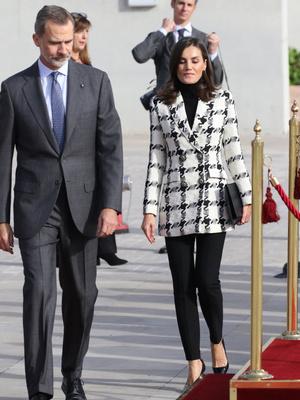 Фото №3 - Королева Испании пришла на официальное мероприятие в лосинах