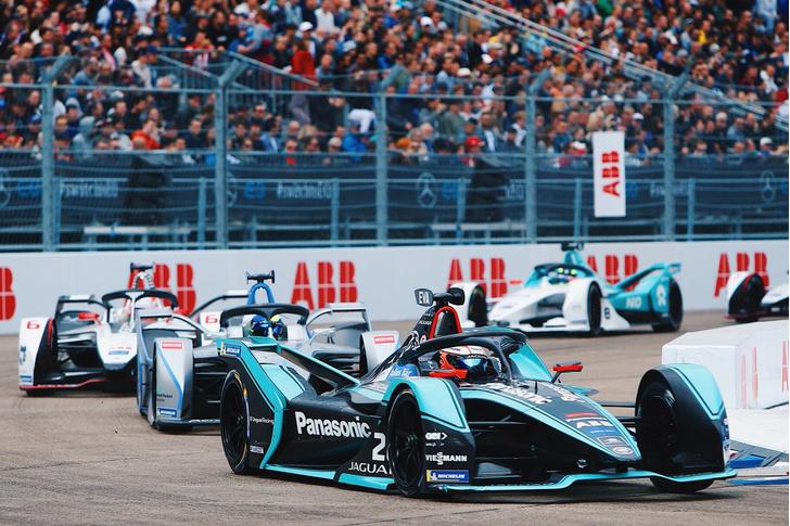 Фото №1 - Автогонки будущего: в гостях у Jaguar Racing на «Формуле E»