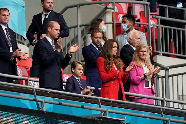 Фото №1 - Красный— символ победы: Кейт Миддлтон в жакете Zara на футболе