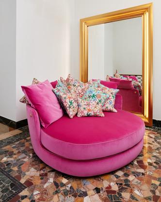 Фото №9 - Новый флагманский шоурум Versace Home в Милане