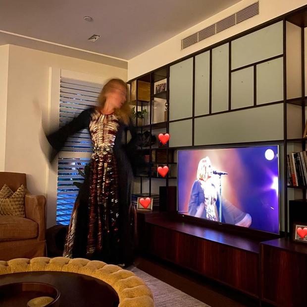Фото №2 - Танцы в старом платье и флирт в соцсетях: как похудевшая Адель проводит вечера