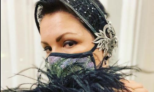 """Фото №1 - """"Это преступление!"""" Анна Нетребко отказалась выступать на сцене в медицинской маске"""