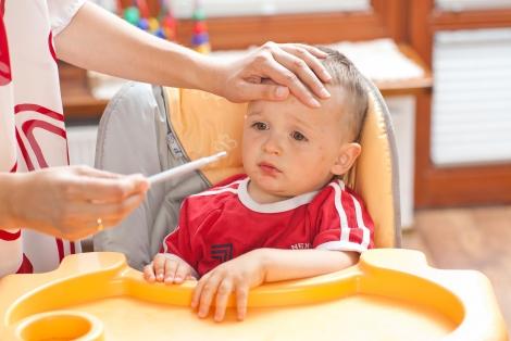 У ребенка болит живот и высокая температура: как помочь