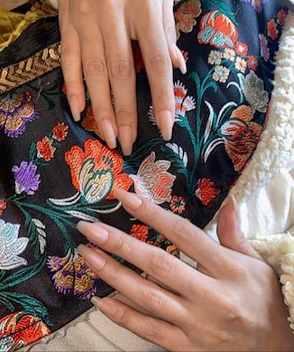 Фото №1 - Идеальный маникюр на учебу: Селена Гомес показала модные матовые ногти