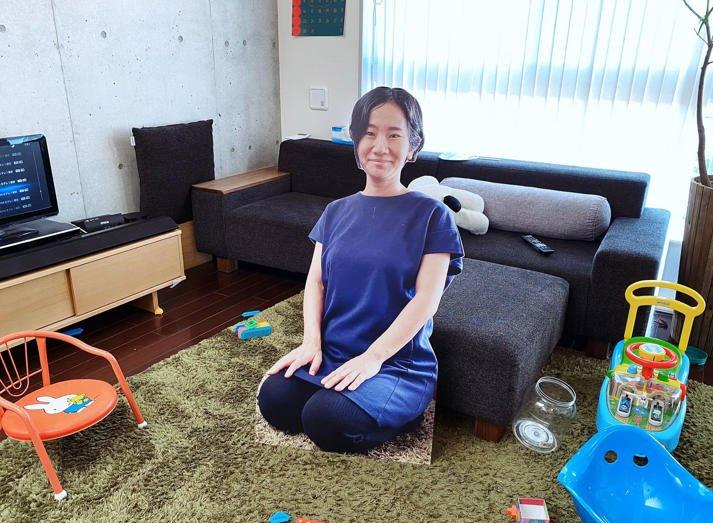 Фото №1 - Мать вырезала несколько своих картонных фигур, чтобы ее сын думал, что она всегда рядом
