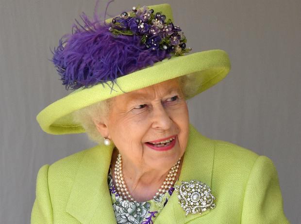 Фото №1 - Что Королева хотела сказать Гарри и Меган своим нарядом на их свадьбе