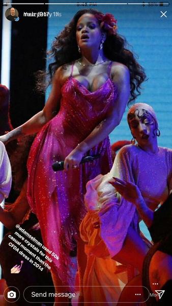 Фото №1 - Этот факт о платье Рианны на «Грэмми-2018» точно шокирует тебя