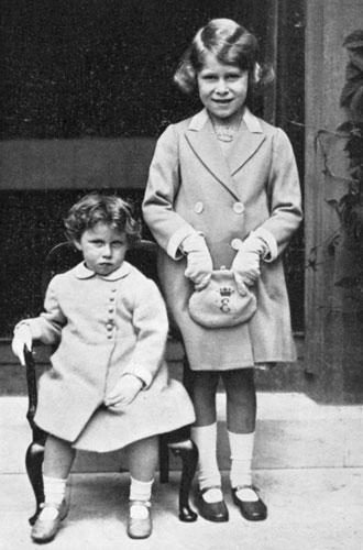 Фото №4 - Секреты дамской сумочки Елизаветы II: что Королева всегда носит с собой