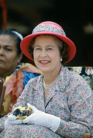 Фото №2 - Первый Zoom Елизаветы: что Королева хотела сказать своим нарядом (и кому)