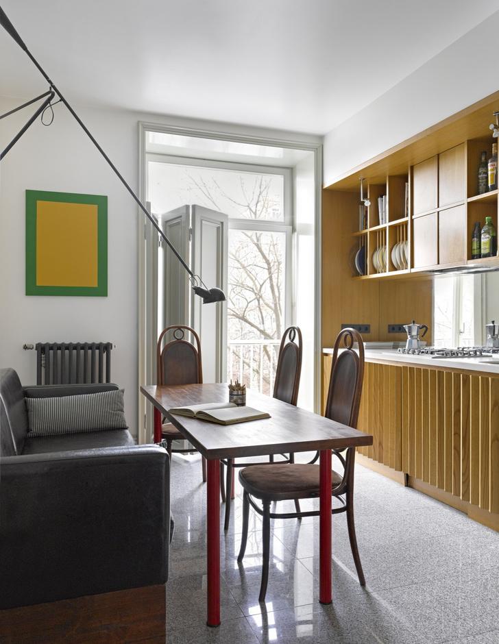 Кухня. Стол и стулья, винтаж. Светильник 265, дизайн Паоло Риццато (1973) для Flos. Чугунный радиатор, Roca.