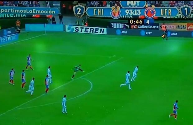 Фото №1 - Эффектный победный гол: вратарь забил через все поле из своей штрафной (видео)