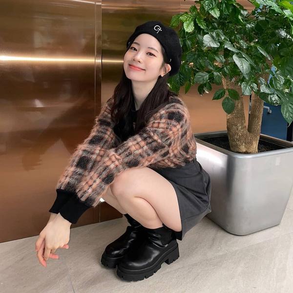 Фото №1 - Как носить модный берет осенью: подсмотрено у Дахён из TWICE