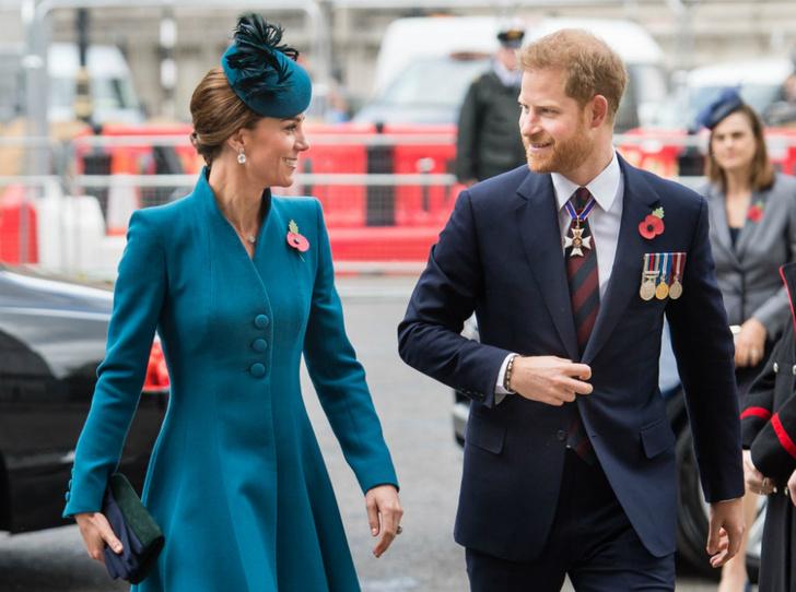 Фото №1 - Принц Гарри неожиданно появился на службе с Кейт (и дал новый повод для обсуждений)