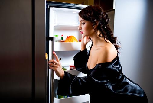 Фото №1 - Кроме еды: 15 вещей, которые стоит хранить в холодильнике