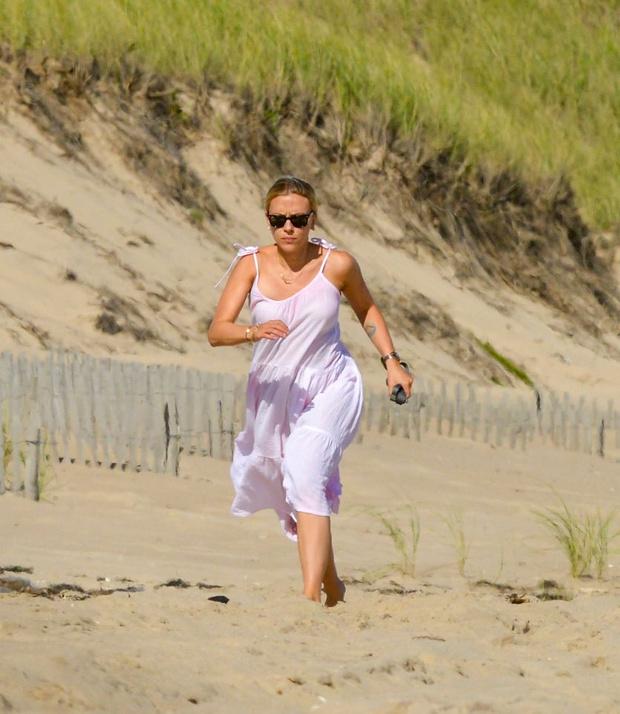 Фото №2 - Скарлетт Йоханссон открыла пляжный сезон. Неожиданно— в розовом