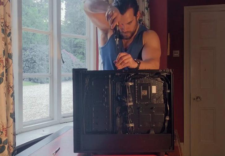 Фото №1 - Генри Кавилл с суперменской серьезностью собирает системный блок (видео)