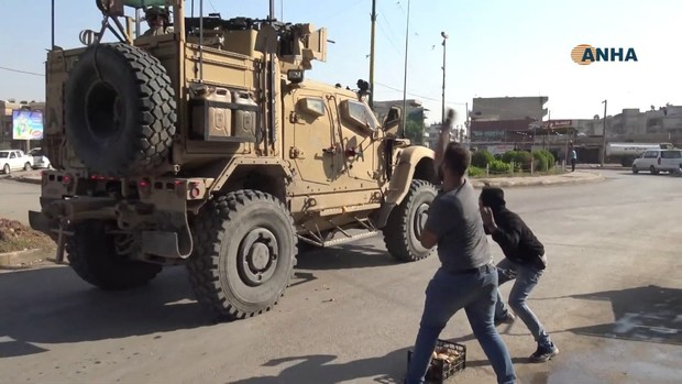 Фото №1 - Жители сирийского города закидывают американскую бронетехнику овощами (видео)