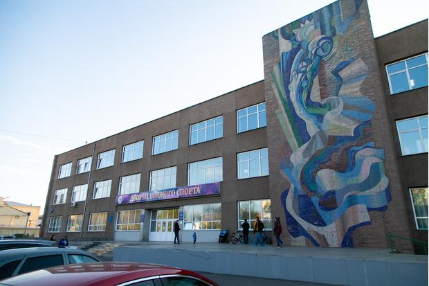 На фасаде Дворца водного спорта— мозаичное панно 1985 года. Мода на мозаику пошла в середине 50-х. Когда советские власти постановили избавляться от излишеств в архитектуре.