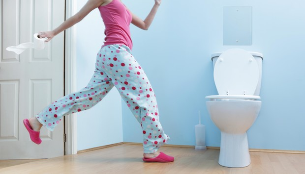 Фото №1 - Почему женщины в туалете всегда выбирают дальнюю кабинку?