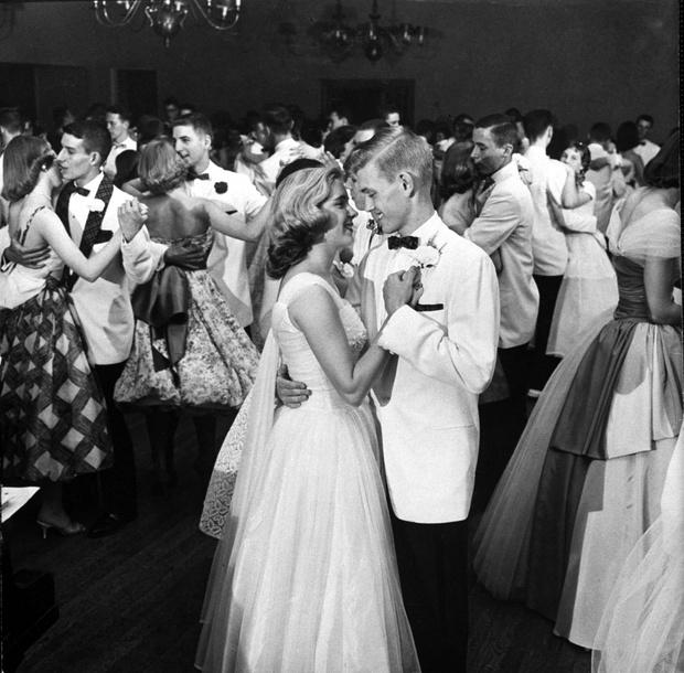 Фото №1 - Как изменился дизайн выпускного платья за последние 80 лет