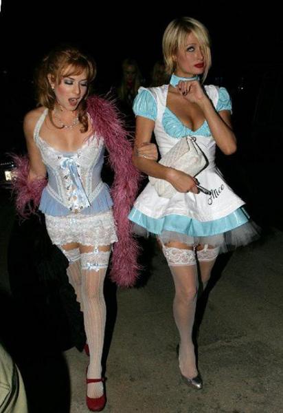 Главный элемент костюма Пэрис и ее подружки – чулки
