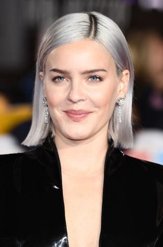 Актриса с волосами цвета дымчатый блонд
