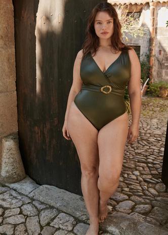 Фото №2 - Как подобрать купальник девушке plus size: главные правила и выигрышные модели