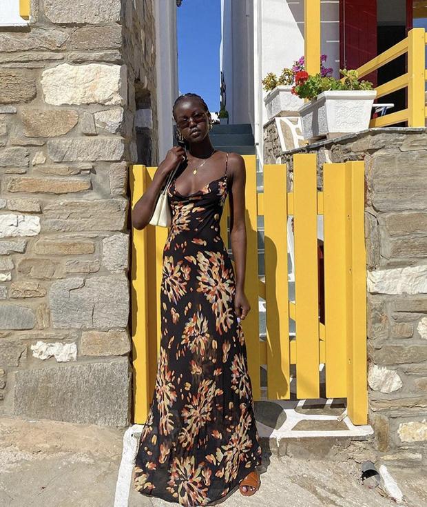 Фото №1 - Самый любимый бренд супермоделей: Адут Акеч в платье с астрами Rat & Boa и с лавандовым маникюром
